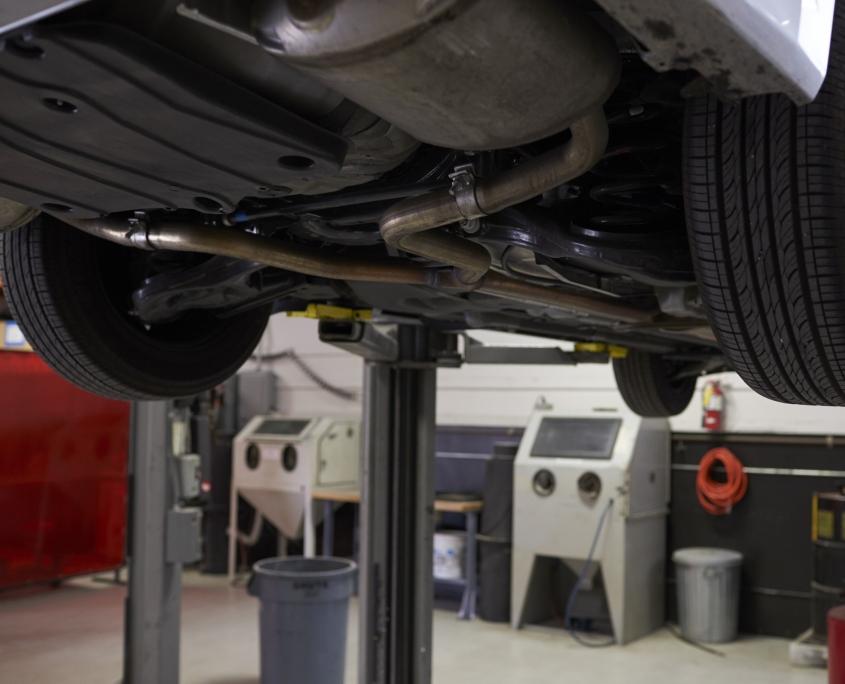 Bund af bil ved reparation på autoværksted